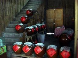 不少:   有土匪酒、苗王贡酒、糯米酒、娘子酒、包谷酒、   猕猴桃酒...
