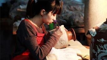 ...合作,共建合作工作室,图为一名女生正在为陶器绘制花纹.-探秘中...