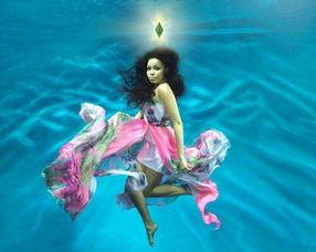...罗姆菲尔德化身美人鱼代言 模拟人生3