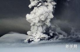 ...火山喷出的灰旁飞过