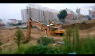 的挖掘机,炮响震天,场面犹如生活版的战争片,旁边还有围观群众的...