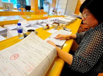 ...步入围的951户家庭进行收入信息检索复审(5月9日摄).-福建龙岩...