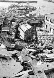 ...日本南部福冈市玄界岛上一座被地震破坏的房屋. 新华社专发(来源...