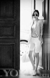 艹白妞-一身淡色的清雅装扮不等于就要忽略层次感,用腰带这种小饰物将上下...