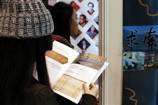香港学生在查看2016内地高等教育展北京大学展位上的资料.(    摄)...
