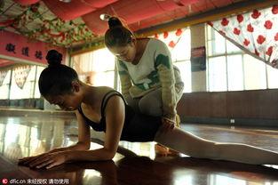 ...参加艺术类高考舞蹈专业的考试做着最后冲刺.图为原婉霖在老师的...