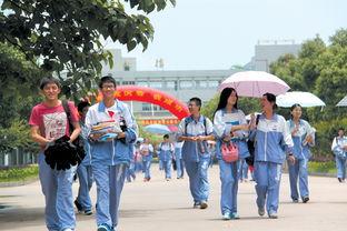 昨日是高考第一天,在台州中学考点,首场考试结束后考生们轻松走出...