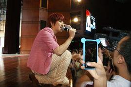有爱》回到家乡广西柳州举办了新专辑的签唱歌友会,当晚乘纳数千人...