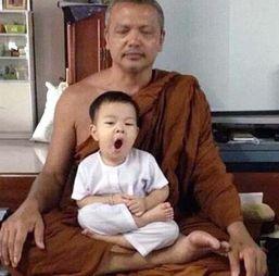 泰国2岁小和尚念经打瞌睡 呆萌模样走红