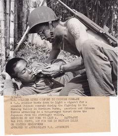 刺士-【社会历史】1944年3月31日 美军士兵慰问中国战友 在缅甸北部的胡...