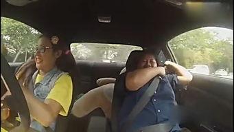 女赛车手扮菜鸟学车视频火爆 超强漂移吓尿教练