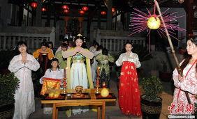 ...好者在福州乌山高爷庙举行中秋拜月祈福活动.当晚,在各式各样的...