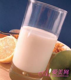 迅速倒入干净的透明玻璃杯中,然后慢慢倾斜玻璃杯,如果有薄薄的奶...