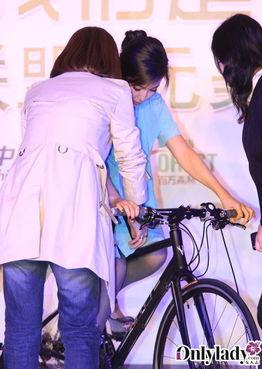 李冰冰出席活动 穿紧身裙跨单车显尴尬