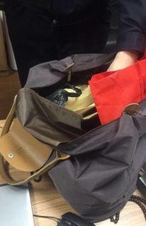 女子在垃圾桶边捡到手提包 里面有几十万现金