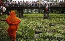 ...度一大客车坠入池塘 26人丧生