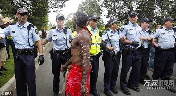 澳大利亚女总理遭土著人围攻 慌乱中跑丢一只鞋