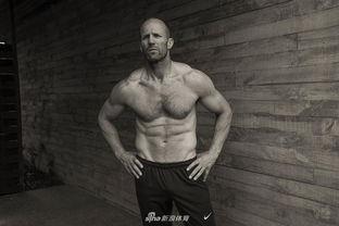 腹毛露大基真实图-今年即将年满50岁的英国男星杰森-斯坦森如今依然一身肌肉,胸肌和...