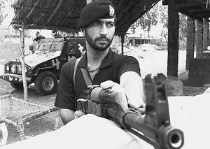 掩体后的巴基斯坦军人-巴印边境重兵相向