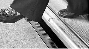 脚刑钉脚趾老虎凳硬-乘客比较拥挤.北延伸段通车时,6个高架站台都已安装了一米多高的...