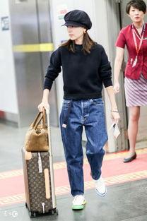 董洁穿阔腿牛仔裤现身机场,鞋子颜色不一样,看背影才知上衣款式