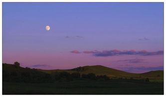 ...经升起了一轮明月,而此时太阳还没有落下去,地面上的光影犹在,...