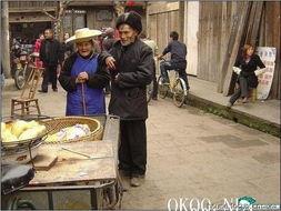 老头给老太太买了一个玉米饼.   老太太分给了老头半个,老头的右手...