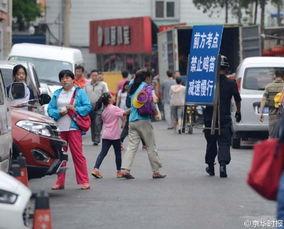 图为北京某高考考点现场.-考生走错考场 交警开车送达