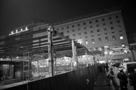 7日,北京西站南广场,临时候车室正在搭建.今天开始,火车站售票...