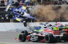 资料图:美国一次赛车比赛上,赛车以300公里的时速撞到安全栅栏...