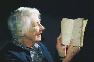 ...小姐正在展示她高祖父的一本日记-日记 生活经历的真实告白 下