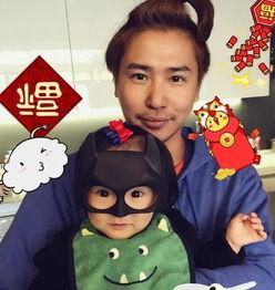 狐娱乐讯 1月30日,   欧弟   在微博晒出和女儿的合影,并送上新春祝...
