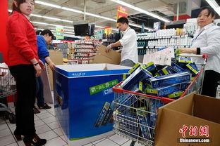 ...家乐福超市重新开业后,员工正在整理刚刚下架的货物.当日上午9...