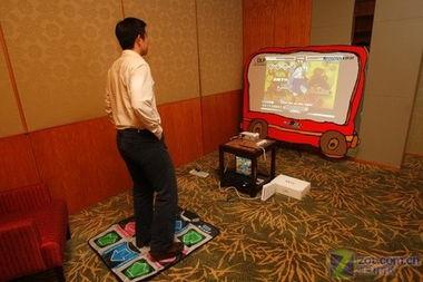 使用联想M300投影机体验跳舞毯-全球首款个人投影机 联想M300首试用