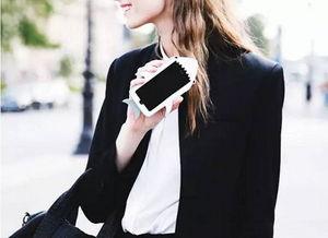 你离街拍抢镜王只差一个手机壳的距离 最高利用率时尚单品