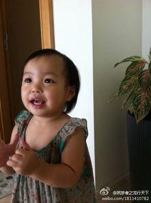 赵薇女儿大眼睛像妈妈-赵薇老公晒女儿长牙萌照 可爱大眼睛像母亲