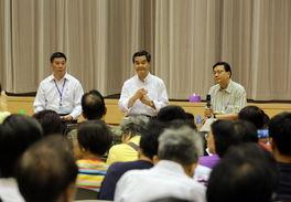 ...良(右)出席在黄大仙举行的论坛/本报记者  -显民心听民声 梁班子续...