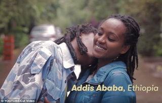 ...镜头记录下各国情侣亲吻方式 11