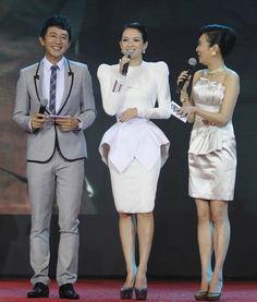 ...无论是釜山电影节还是北京首映礼,无一例外地都选择高耸的垫肩...