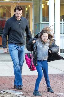 ...kman和女儿Ava 上周在纽约-欧美巨星亲子街拍 贝嫂妮可气场强 休杰...