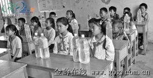 ...年缺水 10名老师多了一项工作 挑水