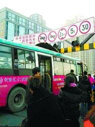 ①801路公交车迎面撞上限高龙门架.网友供图-长沙一公交车迎头撞上...