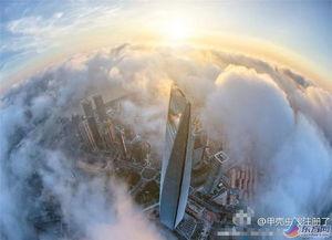 云上天之都-东方网9月4日消息:据《i时代报》报道,气势磅礴的云层,穿越陆家...
