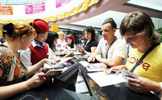 ...,俄罗斯游客在刚开业的中俄自由贸易城里了解购物优惠政策.新华...