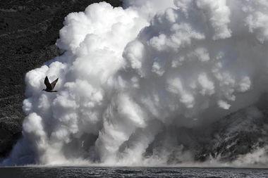 岛海域,一只鸟飞过火山熔岩汇入大海时产生的烟雾.   斯特龙博利岛...