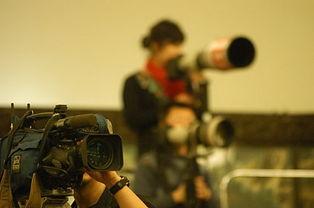 摄影摄像记者调试设备