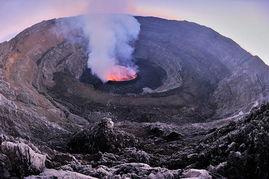 飞过山死图-从小就梦想在这世界最大熔岩湖畔散步.摄影师奥利维尔·格林勒华特...