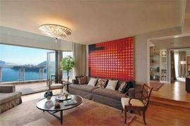 三层公寓和两个复式公寓组成,带花园和观景台,总面积约1,470平米...