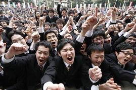 ...互相鼓励并为自己加油.-日本大学生参加求职誓师大会 高呼加油
