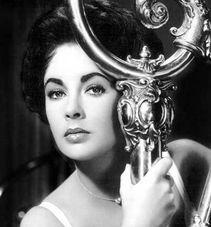 直被看作是美国电影史上最具有好莱坞色彩的人物,她的美貌、她的电...